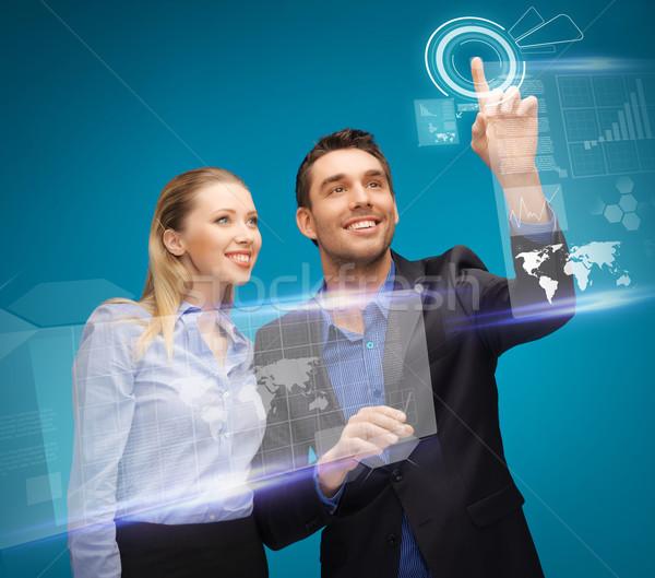 Om femeie lucru virtual atingeţi imagine Imagine de stoc © dolgachov