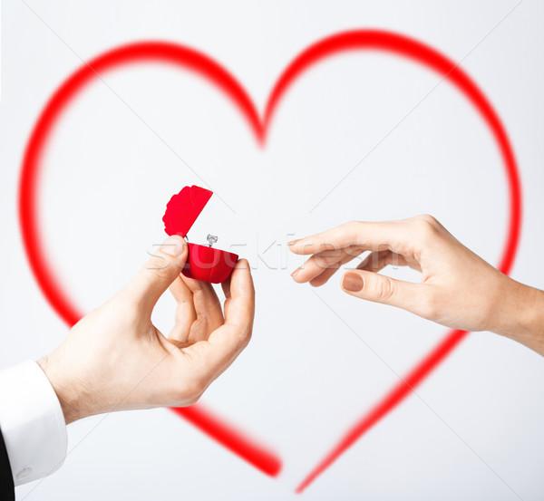 Pár jegygyűrű ajándék doboz kezek család kéz Stock fotó © dolgachov