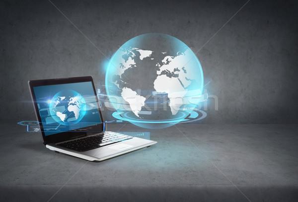Laptop computer wereldbol hologram scherm technologie advertentie Stockfoto © dolgachov