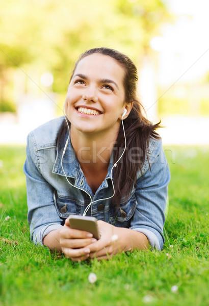 Glimlachend jong meisje smartphone lifestyle zomervakantie Stockfoto © dolgachov