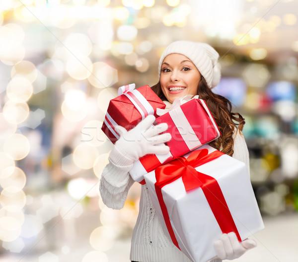 Mosolyog fiatal nő mikulás segítő kalap ajándékok Stock fotó © dolgachov