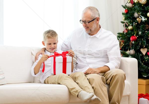 Uśmiechnięty dziadek wnuk szkatułce rodziny wakacje Zdjęcia stock © dolgachov