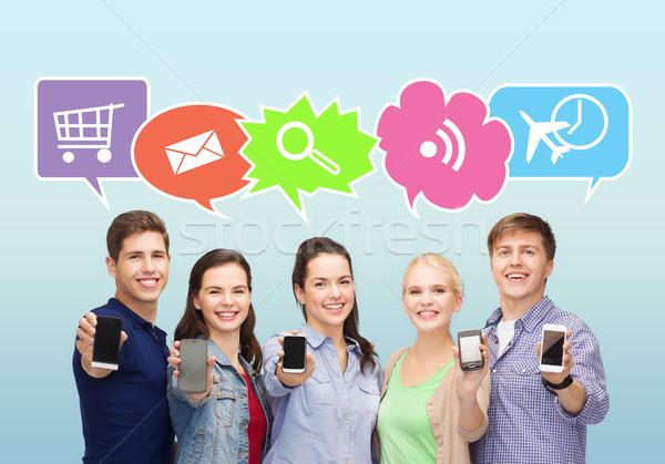 Gelukkig vrienden tonen smartphones mensen communicatie Stockfoto © dolgachov