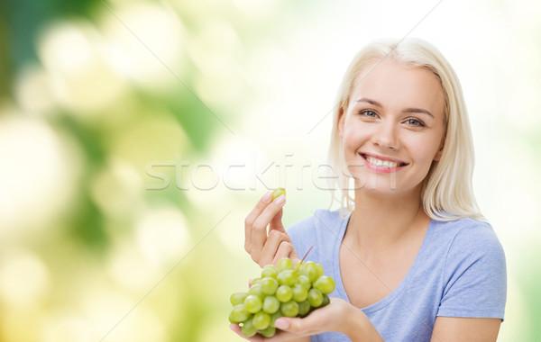 Boldog nő eszik szőlő egészséges étkezés étel Stock fotó © dolgachov