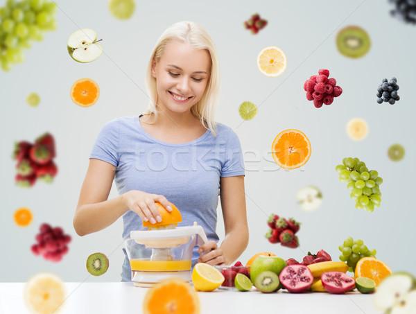Gülümseyen kadın meyve suyu ev sağlıklı beslenme vejetaryen yemek diyet Stok fotoğraf © dolgachov