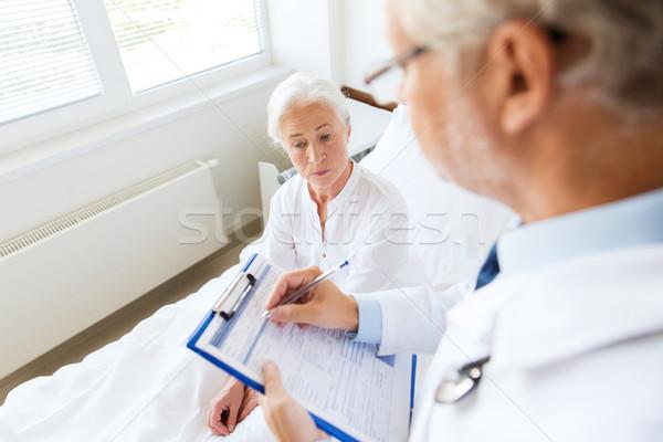 Senior donna medico appunti ospedale medicina Foto d'archivio © dolgachov