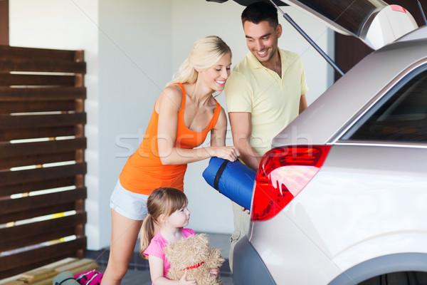 Famille heureuse choses voiture maison parking Photo stock © dolgachov