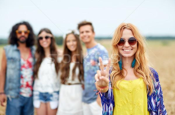Gelukkig jonge hippie vrienden tonen vrede Stockfoto © dolgachov