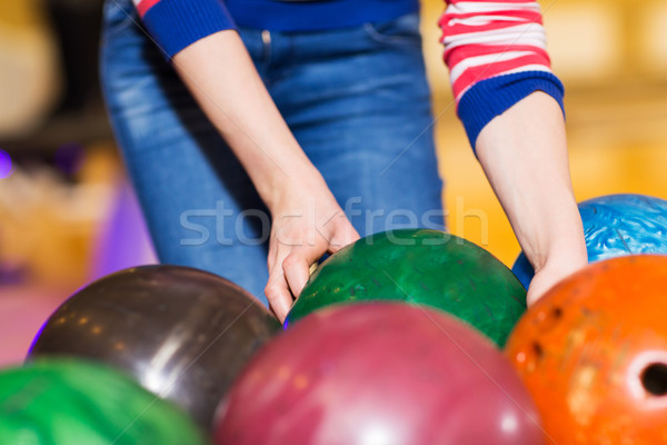 Kobieta ręce bowling ball ludzi Zdjęcia stock © dolgachov
