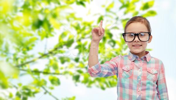 Сток-фото: счастливым · девочку · очки · указывая · пальца · вверх