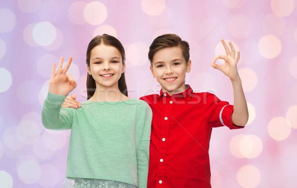 Meisje tonen handteken jeugd Stockfoto © dolgachov