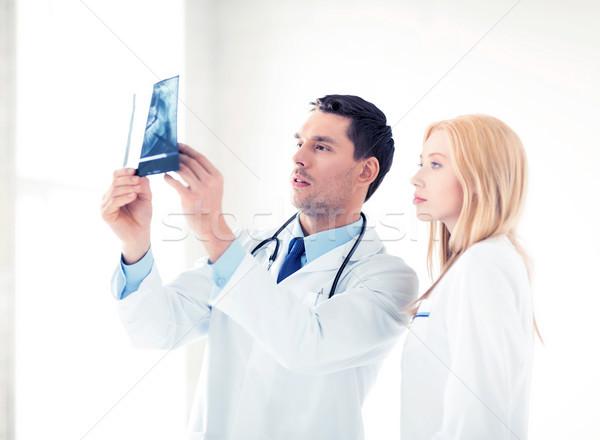 Foto d'archivio: Due · medici · guardando · Xray · foto · donna