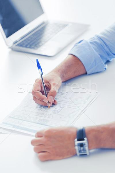 Férfi aláírás szerződés üzlet adó iroda Stock fotó © dolgachov