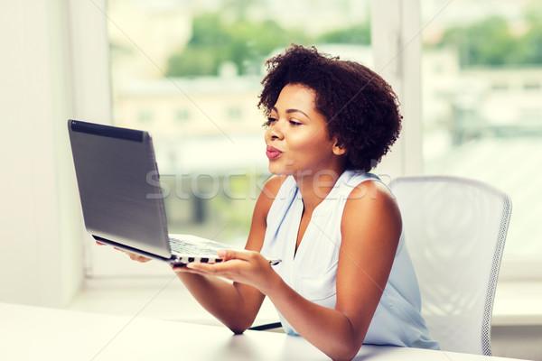 Afryki kobieta kiss laptop Zdjęcia stock © dolgachov