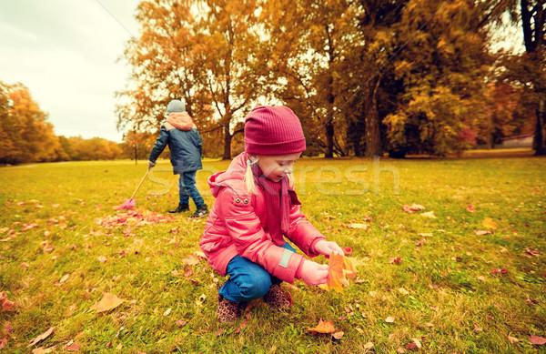Stock fotó: Gyerekek · gyűjt · levelek · ősz · park · gyermekkor
