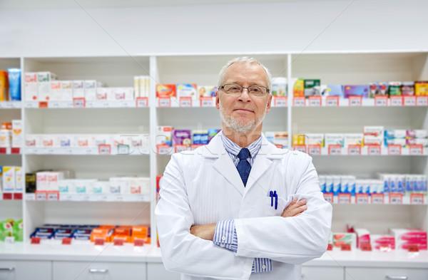 シニア 男性 薬剤師 白 コート ドラッグストア ストックフォト © dolgachov