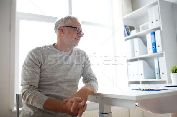 Idős férfi ül orvosi iroda asztal Stock fotó © dolgachov