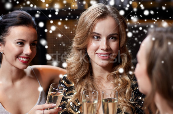 Felice donne champagne occhiali night club celebrazione Foto d'archivio © dolgachov