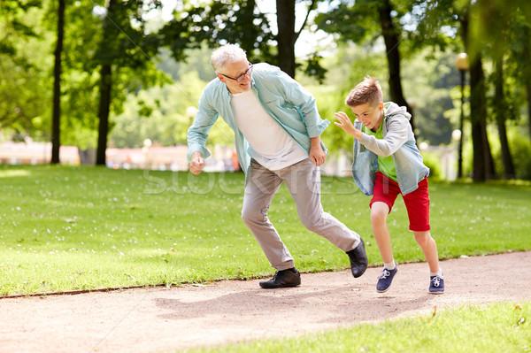 Großvater Enkel racing Sommer Park Familie Stock foto © dolgachov