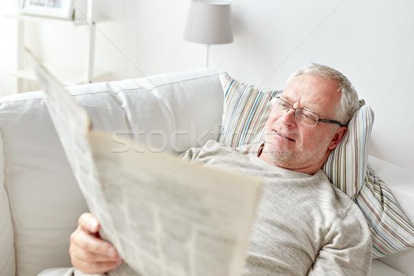Kıdemli adam okuma gazete ev Stok fotoğraf © dolgachov