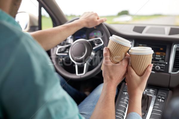 Paar rijden auto koffiekopjes reizen Stockfoto © dolgachov