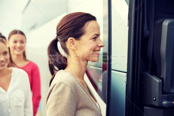 Groep gelukkig passagiers boarding reizen bus Stockfoto © dolgachov