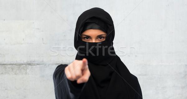 Musulmans femme hijab pointant doigt religieux Photo stock © dolgachov