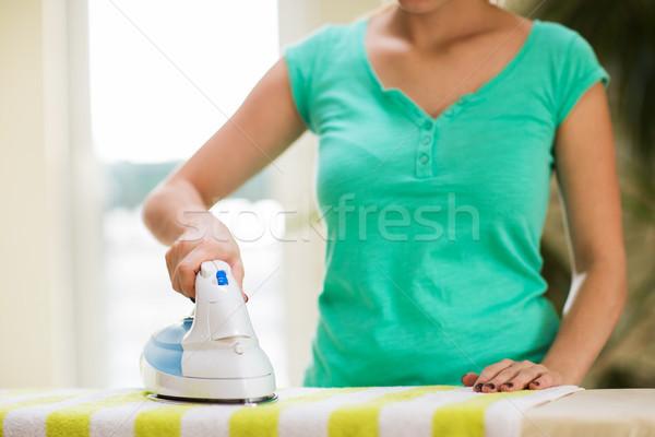 Vrouw ijzer strijken handdoek home Stockfoto © dolgachov