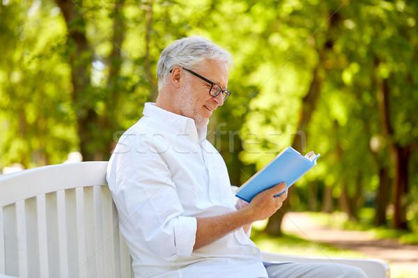 Сток-фото: счастливым · старший · человека · чтение · книга · лет