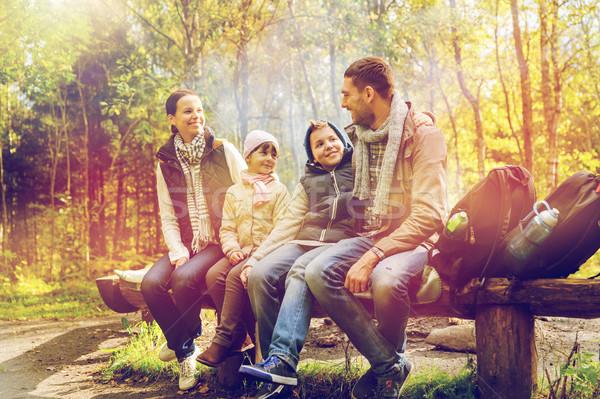 Stockfoto: Gelukkig · gezin · vergadering · bank · praten · kamp · camping