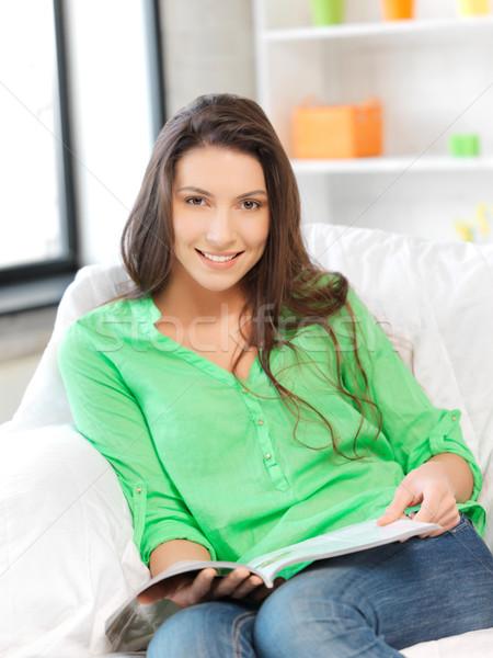 Gelukkig glimlachende vrouw magazine foto vrouw home Stockfoto © dolgachov