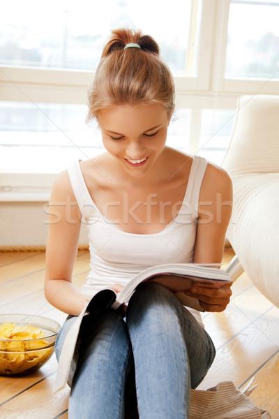 Gelukkig glimlachend tienermeisje magazine foto vrouw Stockfoto © dolgachov