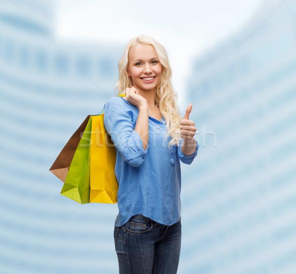 ストックフォト: 笑顔の女性 · ショッピングバッグ · 小売 · ジェスチャー