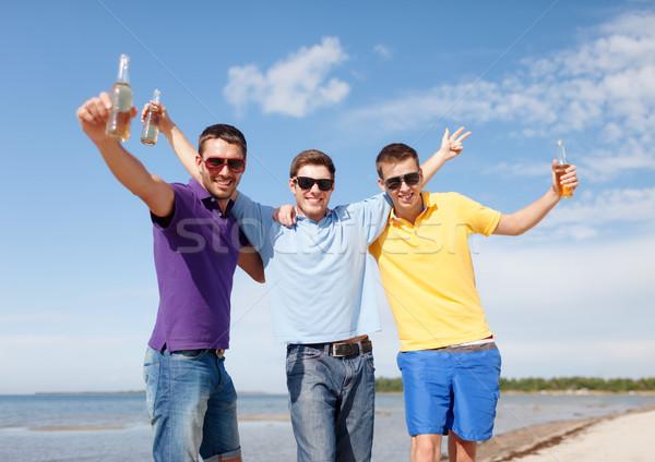 Znajomych plaży butelek piwa lata Zdjęcia stock © dolgachov