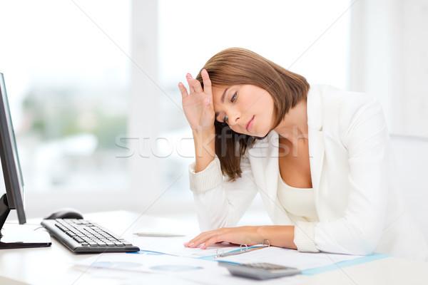 Moe zakenvrouw computer papieren business onderwijs Stockfoto © dolgachov