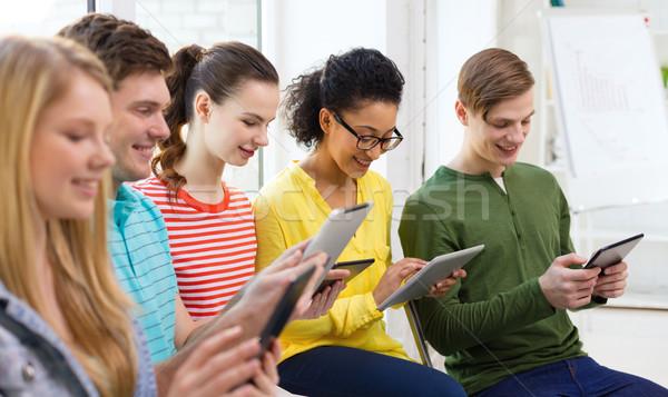Foto stock: Sorridente · estudantes · escolas · educação · tecnologia