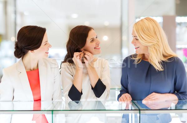 Feliz mujeres pendientes joyas tienda Foto stock © dolgachov