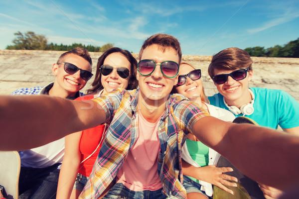 Grupy uśmiechnięty znajomych odkryty przyjaźni Zdjęcia stock © dolgachov