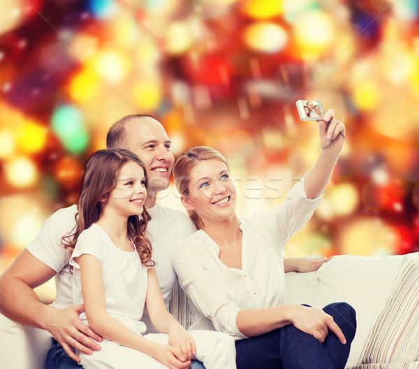 famille heureuse cam ra maison famille vacances technologie photo stock syda. Black Bedroom Furniture Sets. Home Design Ideas