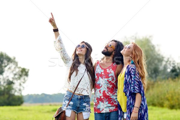 Gelukkig hippie vrienden wijzend vinger buitenshuis Stockfoto © dolgachov