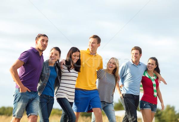 Stok fotoğraf: Grup · mutlu · arkadaşlar · yürüyüş · plaj · yaz