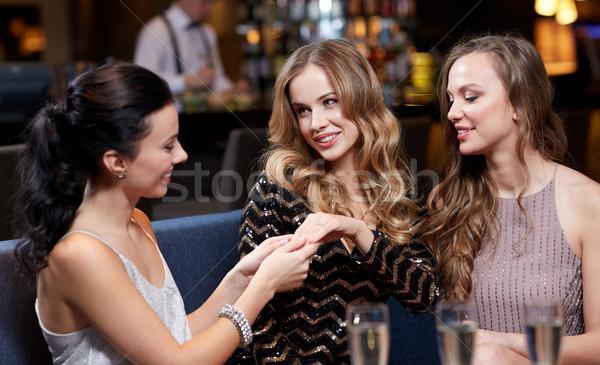 Mujer anillo de compromiso amigos celebración fiesta Foto stock © dolgachov