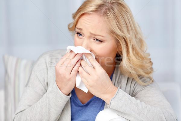 Doente mulher assoar o nariz papel guardanapo Foto stock © dolgachov