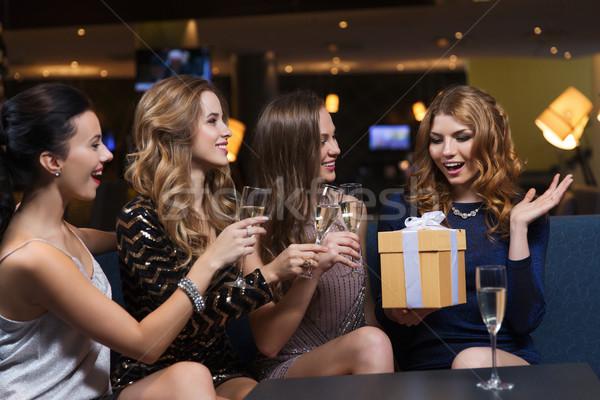 счастливым женщины шампанского подарок ночной клуб празднования Сток-фото © dolgachov