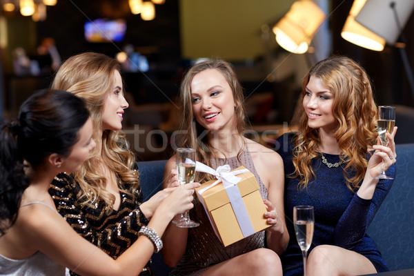 Mutlu kadın şampanya hediye gece klübü kutlama Stok fotoğraf © dolgachov