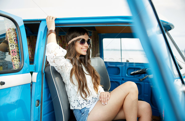 Glimlachend jonge hippie vrouw auto Stockfoto © dolgachov