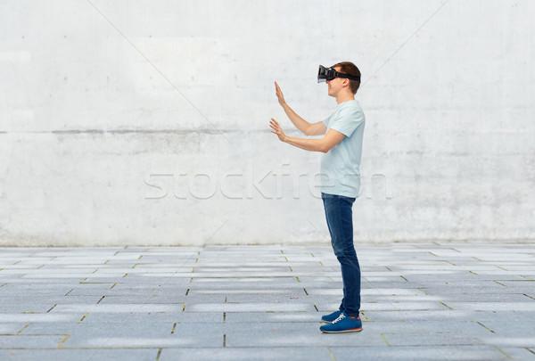 Felice uomo virtuale realtà auricolare occhiali 3d Foto d'archivio © dolgachov