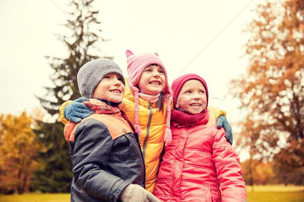Csoport boldog gyerekek ölel ősz park Stock fotó © dolgachov