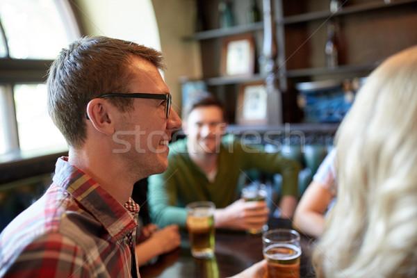 Gelukkig man drinken bier vrienden bar Stockfoto © dolgachov