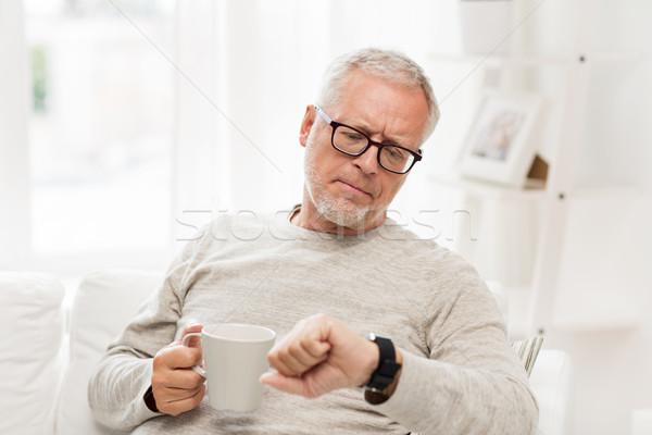 Altos hombre café mirando tiempo Foto stock © dolgachov